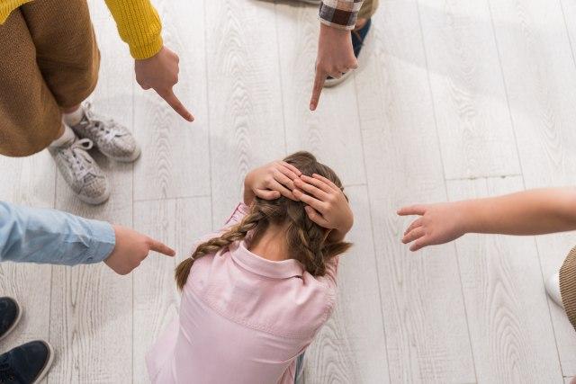 Snimak Mikinog metoda: Vređa decu, devojčice imitiraju folk pevačice i sve to za njihovo dobro