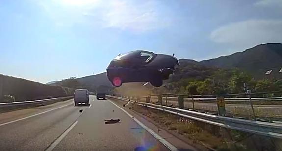Šokantni video iz Japana: Auto u letu pokosio autobus