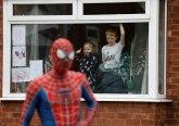 Spajdermen viđen u Engleskoj: Nastavnik zabavlja decu tokom blokade FOTO