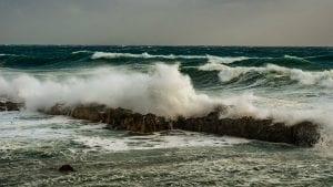 Spasili sedam osoba iz talasa mora
