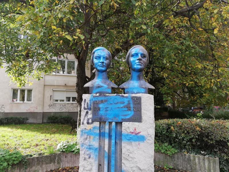 Spomenik Sestre Baković poliven farbom