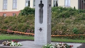 Spomenik žrtvama Utoje u Norveškoj išaran kukastim krstom