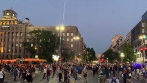Novi sukobi ispred Skupštine, demonstranti bacaju kamenice, policija suzavac (UŽIVO)