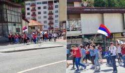 Srebrenički maturanti noseći različite zastave zajednički proslavljaju završetak školovanja