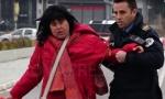 Srpkinja krenula na grob roditelja, pa je napao albanski policajac: Snimak maltretiranja u Kosovskoj Mitrovici (VIDEO)