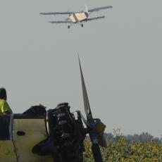 Srušio se avion nasred sela: Pilot prebačen u bolnicu!