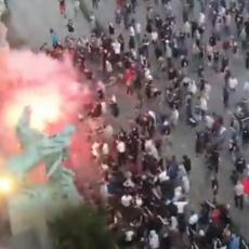 Šta to huligani spremaju za večeras? Ovako su juče divljali demonstranti i prvi napadali policiju (VIDEO)