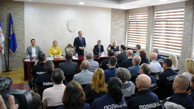 Stefanović: Policajcima povećanje plata u decembru
