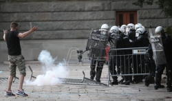 Stefanović: U večerašnjem nasilju povredjeno 10 policajaca, jednom polomljene obe noge