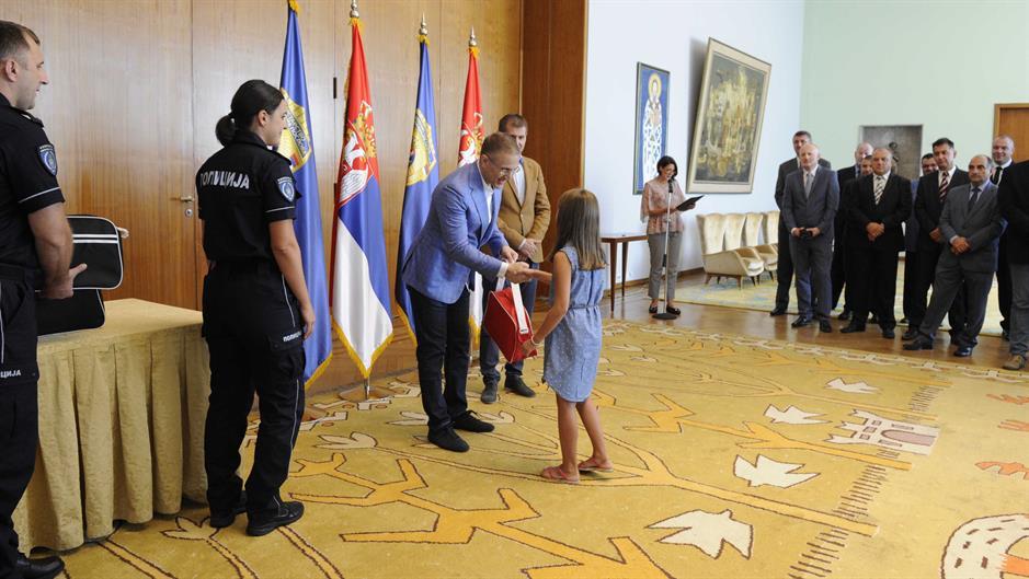 Stefanović uručio poklone deci stradalih pripadnika MUP
