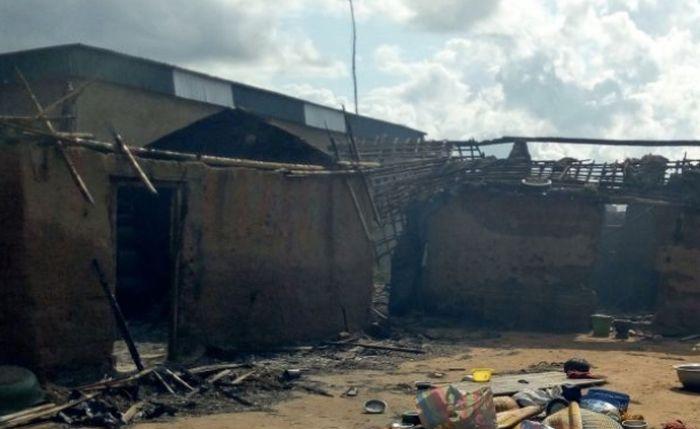 Stotinak mladih spalilo selo na Obali Slonovače