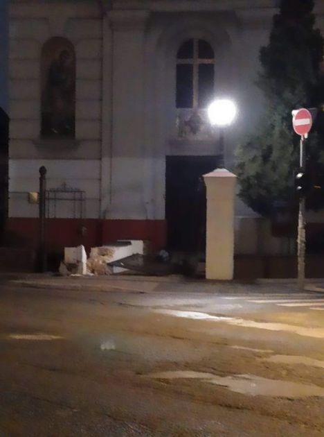 Sudar taksija u Novom Sadu, srušeni deo ograde i kapija ispred grkokatoličke crkve