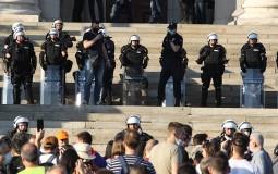 Sukob policije i demonstranata ispred Skupštine