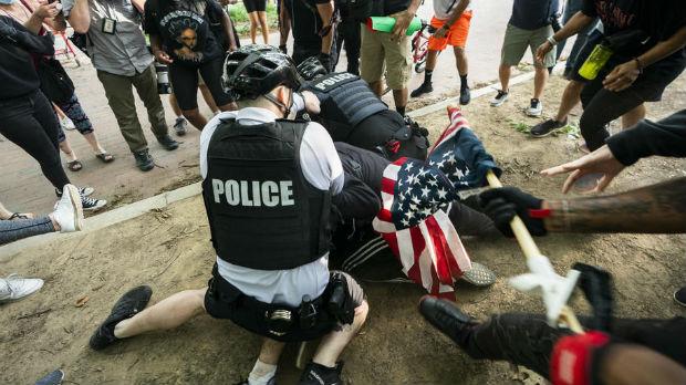 Sukobi demonstranata i policije širom SAD, blokirana Bela kuća, kamenicama na sedište Si-En-Ena