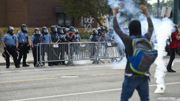 Kamenice i gumeni meci na protestima u Mineapolisu zbog smrti Afroamerikanca