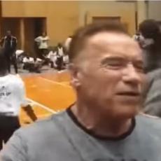 Švarceneger MUČKI NAPADNUT S LEĐA, nije ni shvatio šta se dešava! Pogledajte kako ga je MLADIĆ patosirao (VIDEO)