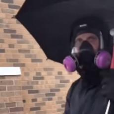 Svet bruji zbog jednog snimka iz Mineapolisa: Pažnju je privukao ČOVEK KIŠOBRAN sa demonstracija (VIDEO)