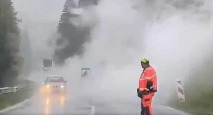 Svi u čudu, zašto u Rožajama asfaltiraju ulicu po ovolikoj kiši (Video)
