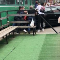 TAKO SE REŠAVA PROBLEM SA BAHATIM PARKIRANJEM U BEOGRADU! Ostavio BMW na tramvajskim šinama, besni građani ga izgurali