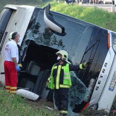 TEŠKA SAOBRAĆAJKA U MAĐARSKOJ, AUTOBUS SLETEO U JARAK: Jedan putnik poginuo, a 34 osobe povređene (FOTO)