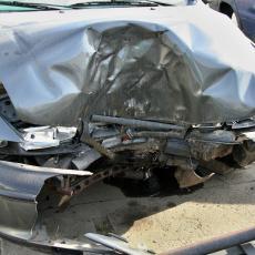 TEŠKA SAOBRAĆAJNA NESREĆA: U automobilu koji je udario u zid pored puta poginula žena, ima i povređenih