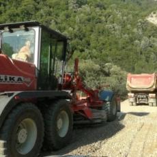 TEŠKOM MEHANIZACIJOM I KAMIONIMA NA SRPSKU SVETINJU: Dečani ponovo na meti Albanaca, tutnje mašine kroz zaštićenu zonu (VIDEO)