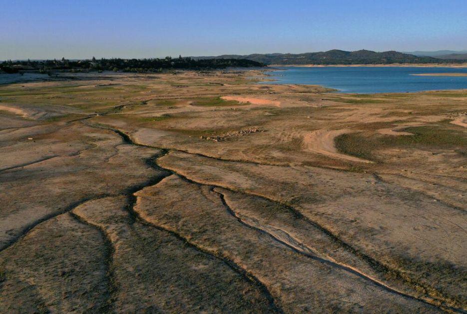 TESTIRALI OPREMU PA NAIŠLI NA IZNENAĐENJE: Pronađen avion na dnu jezera u Kaliforniji, veruju da su rešili staru misteriju FOTO
