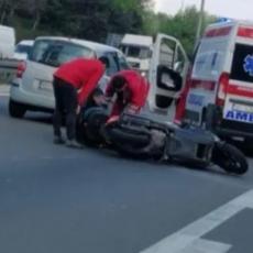 TEŽAK UDES NA NOVOM BEOGRADU! Oboren motociklista, hitna pomoć na terenu (FOTO)