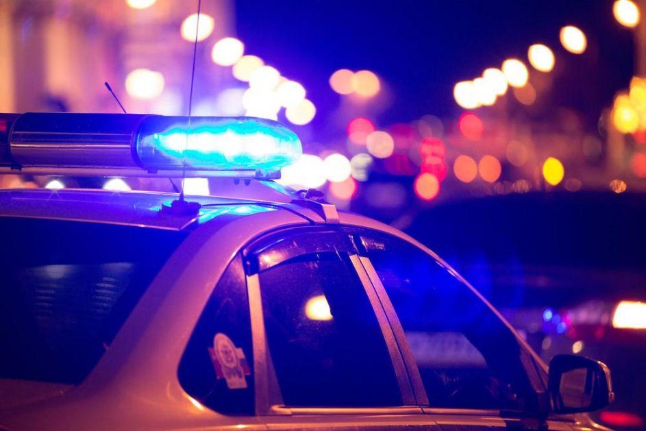 TINEJDŽER NA INTERNETU PRETIO MASOVNIM NASILJEM, A POSLE REKAO DA SE ŠALIO: FBI mu upao u kuću, pronašli 10 pušaka i 10.000 šaržera! (FOTO)