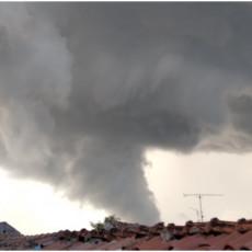 TORNADO UDARIO NA ISTRU: Meštani snimili pijavicu na nebu kod Poreča, izgledala zastrašujuće (FOTO/VIDEO)