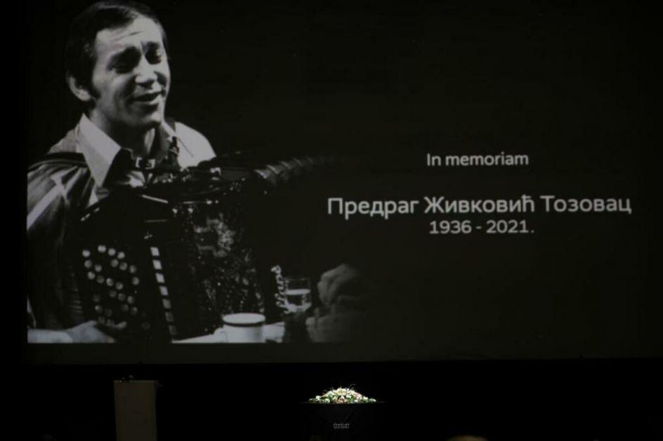 TOZOVČEV KUM PARA SRCA STIHOVIMA, govor POTRESAO CELU DVORANU: Završena komemoracija čuvenom pevaču!