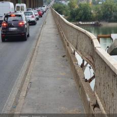 TRAGEDIJA IZBEGNUTA ZA DLAKU! Kolima probili ogradu na Pančevačkom mostu! (FOTO)