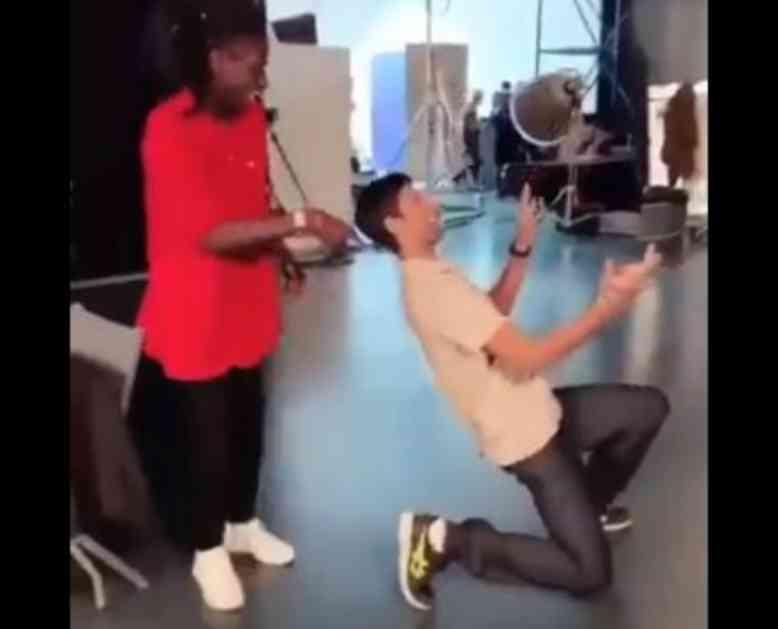 TRESU SE DRUŠTVENE MREŽE! NOVAK DO SUZA NASMEJAO PLANETU: Pokušao da imitira Majkla Džeksona, pa POLJUBIO PATOS! (VIDEO)