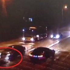 TRI PUTA GA UDARIO AUTOMOBIL U PAR MINUTA! Neverovatno - jedva izvukao živu glavu (VIDEO)