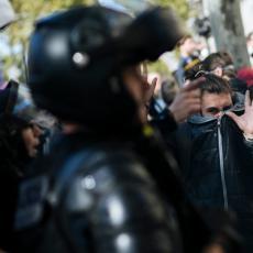 TUČA OD RANOG JUTRA! Žestok obračun 7.500 policajaca i DEMONSTRANATA U PARIZU (VIDEO)