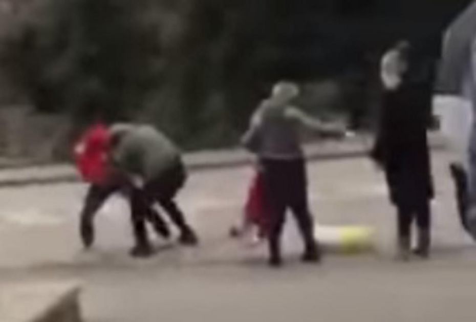 TUČA ZBOG VREĆE BRAŠNA: Šokantne scene ispred supermarketa u Zenici (VIDEO)