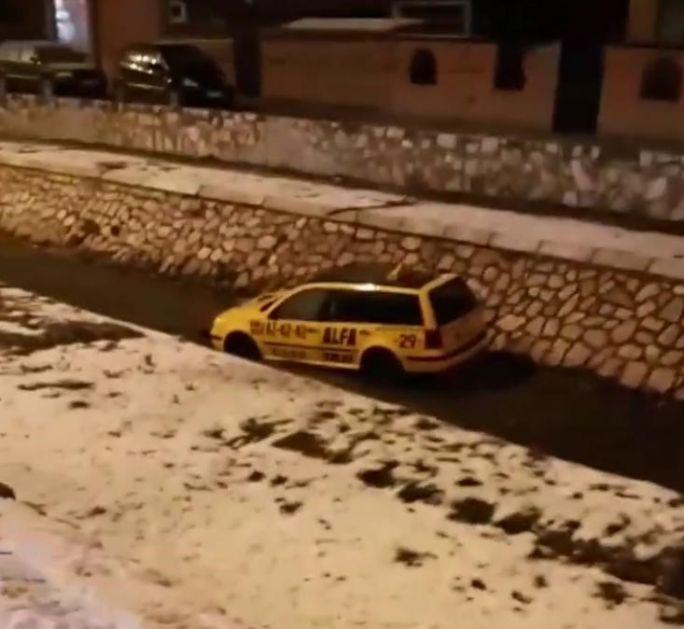 Taxi vozilo upalo u korito rijeke Raške