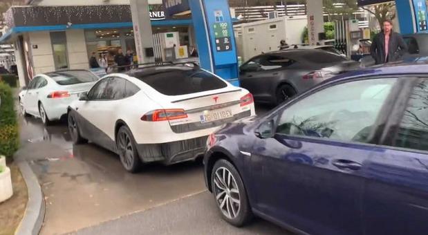 Teslama blokirali benzinsku stanicu u Zagrebu! Iza tog poteza je ogorčenost jednom navikom vozača