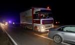 Težak udes na Obrenovačkom putu: Auto udario u kamion, dva vozila u njivi, ima povređenih, kilometarske kolone (FOTO)