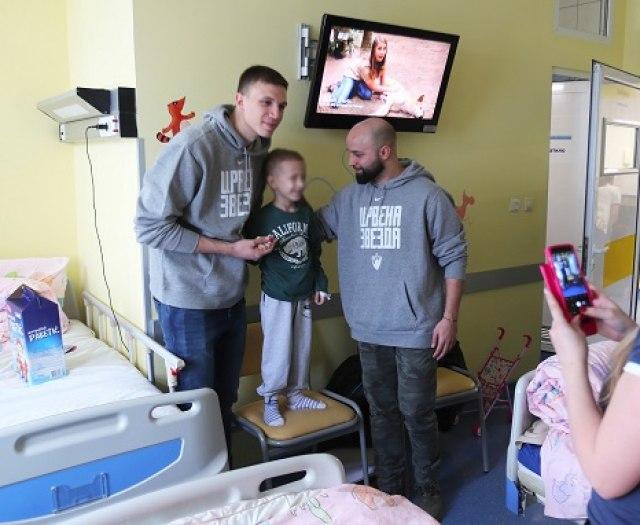 Tradicija za pohvalu: Prvotimci Zvezde posetili dečiju onkologiju