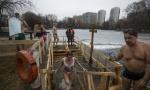 Tradicionalno kupanje u ledenoj vodi: Evo kako Rusi obeležavaju Bogojavljenje (VIDEO)