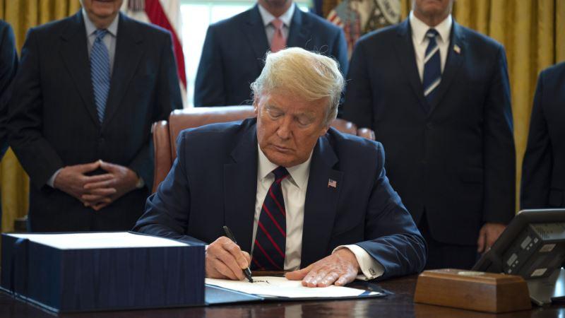 Tramp produžio preporuku o distanciranju na još 30 dana