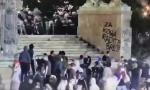 Trenutak kada huligani kreću napad na policiju, nakon čega je policija bila prinuđena da reaguje (VIDEO)