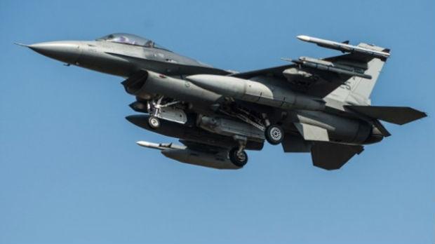 Tri bombardera F-16 na nebu Albanije