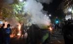 U Beogradu povređeno deset policajaca, jednom POLOMLjENE OBE NOGE!