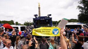 U Berlinu održani protesti protiv novih kovid mera, došlo i do sukoba sa policijom (FOTO)