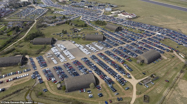 U Britaniji od aerodroma napravljeno skladište novih automobila - nema ko da ih kupi, a nema ko ni da ih proda