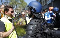 U Francuskoj i danas protest pokreta Žuti prsluci - demonstranti pale, policija baca suzavac