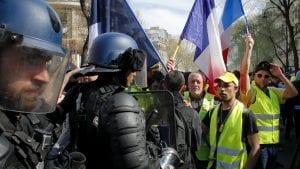 U Francuskoj protest pokreta Žuti prsluci – demonstranti pale, policija baca suzavac