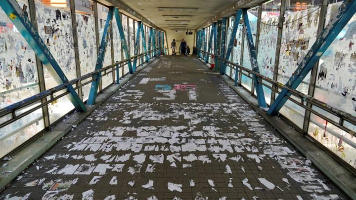 U Hongkongu srušeni zidovi sa porukama demonstranata